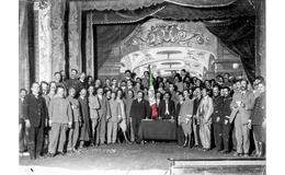 """Postal: """"Delegados de la Convención de Aguascalientes posan junto a la Bandera"""""""