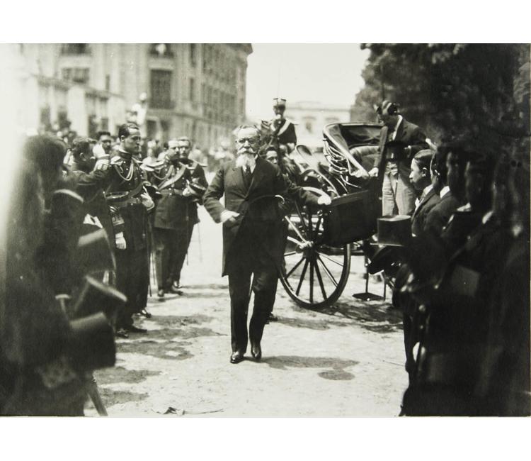 El presidente Venustiano Carranza sale sereno y con el rostro inmutable a su cita con la muerte