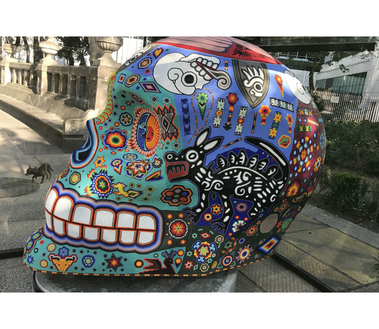 Cráneos gigantes decoran Paseo de la Reforma