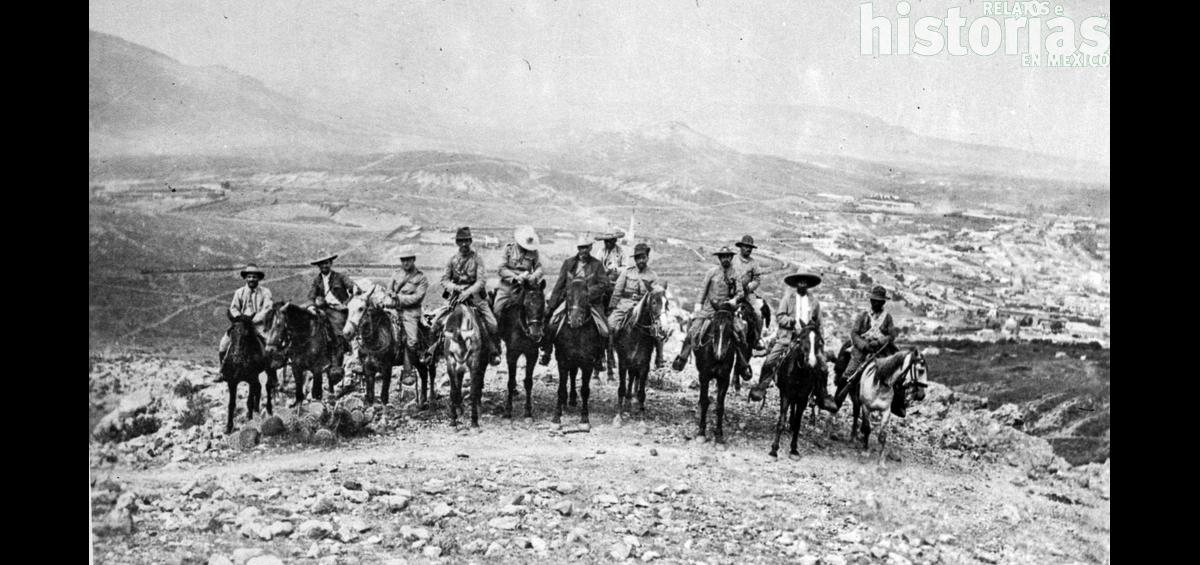 El general Felipe Ángeles junto a Pancho Villa
